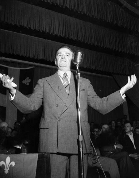 Maurice Duplessis s'adressant à la foule lors de la campagne électorale de 1952.
